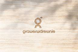 logo grawer w drewnie